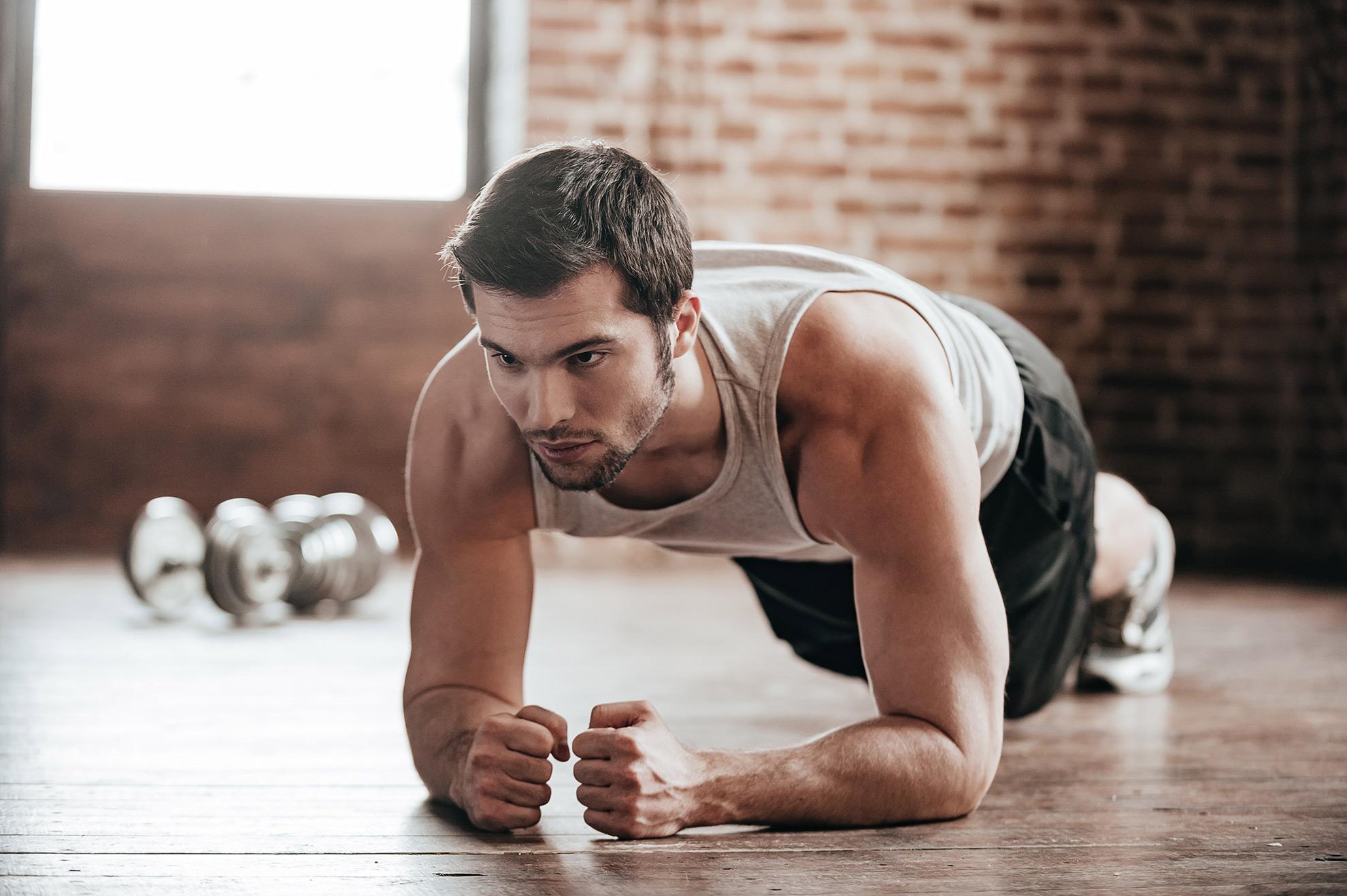 Mężczyzna wykonujący plank, zdjęcie do artykułu o efektach ćwiczenia deski