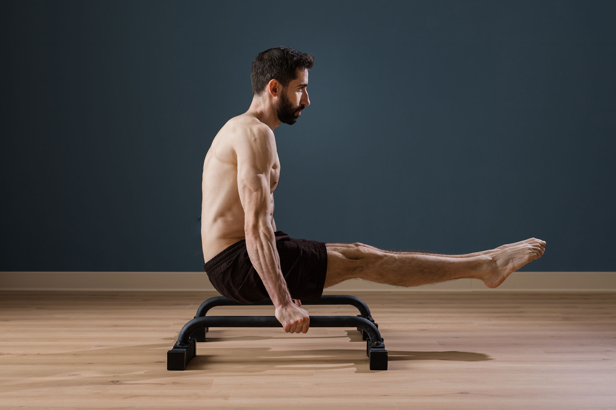Mężczyzna trenujący na paraletkach